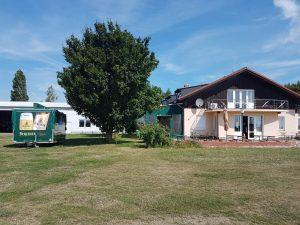 Haus mit Bierwagen